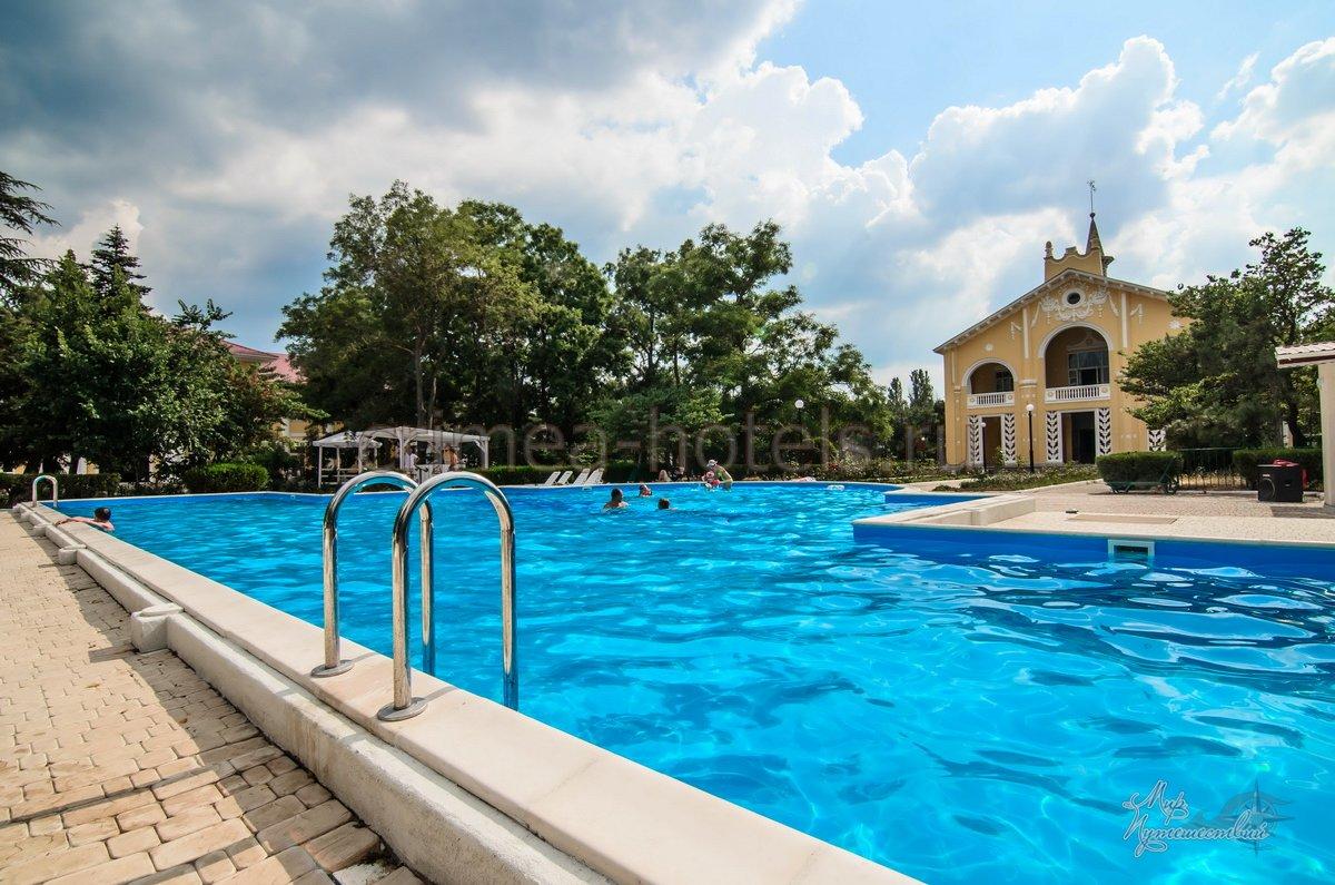 Парк-Отель Романова Евпатория Территория и бассейн
