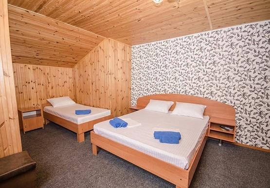 Гостевой Дом Адмирал Клуб Заозерное Стандарт в мансарде с одной двуспальной кроватью на двоих