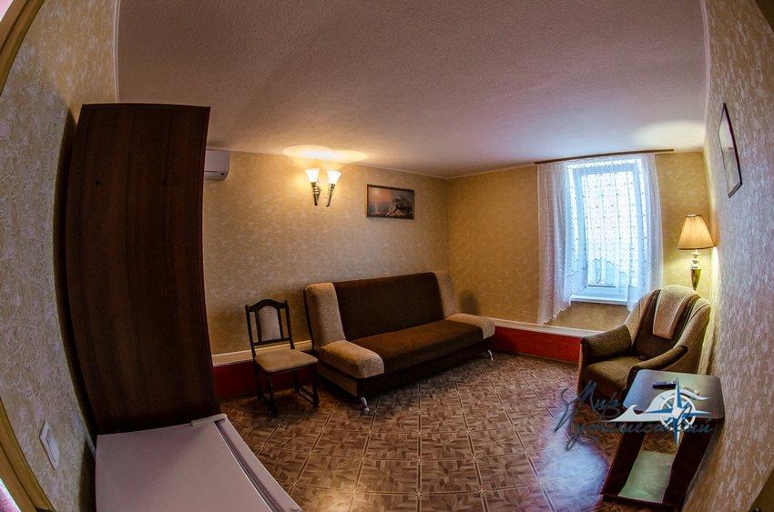 Гостевой Дом Фортуна (территория Строителя) Заозерное 2-х местный номер с удобствами на 2 номера (2-й этаж)
